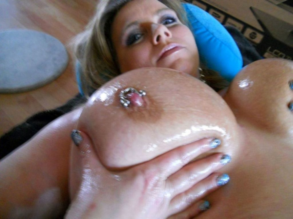 Große Titten mit Nippelpiercing